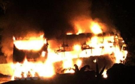 Xe khách giường nằm bốc cháy dữ dội