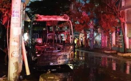 Xe khách bất ngờ bốc cháy dữ dội khi đang đỗ
