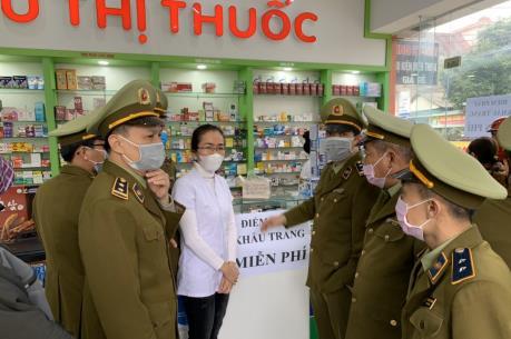 Hà Tĩnh: Quản lý thị trường cùng doanh nghiệp phát khẩu trang miễn phí