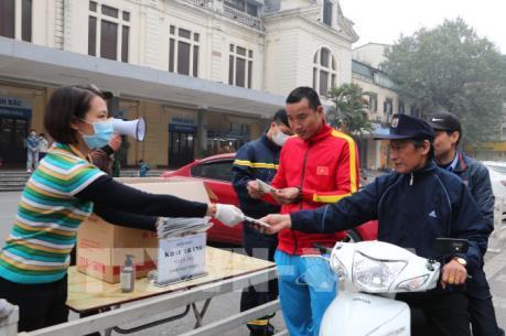 Hà Nội chung tay phát khẩu trang miễn phí cho người dân