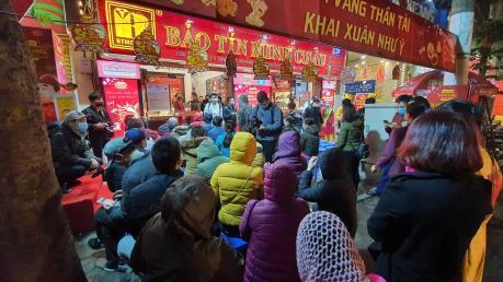 Mưa rét, người dân Hà Nội xếp hàng mua vàng ngày Vía Thần Tài