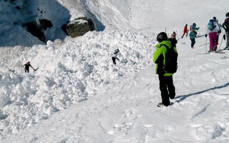 Canada: 500 du khách mắc kẹt tại khu trượt tuyết vì lở bùn