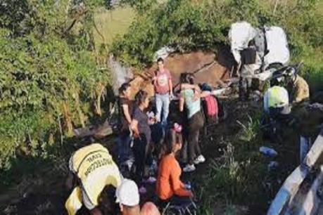 Lật xe tải chở người di cư ở Mexico, hàng chục người bị thương