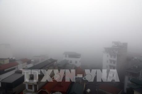 Phố phường Hà Nội chìm trong sương mù