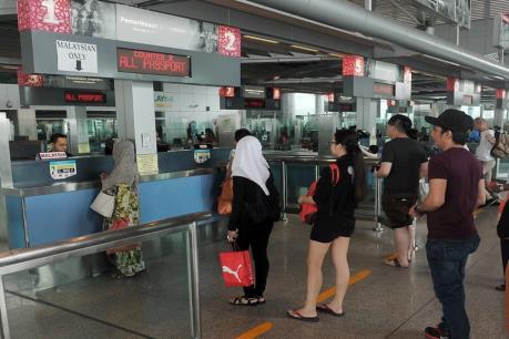 """Singapore chấm dứt cho công dân Malaysia sử dụng """"hộ chiếu nhóm"""" để nhập cảnh"""