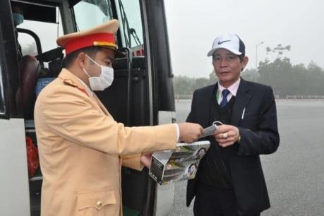 Người dân lưu thông trên cao tốc Hà Nội - Lào Cai được phát khẩu trang miễn phí