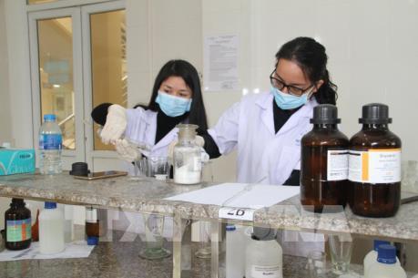 Hai trường đại học điều chế dung dịch rửa tay khô sát khuẩn
