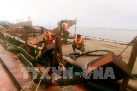 Bắt giữ xà lan khai thác cát trái phép trên biển Cần Giờ