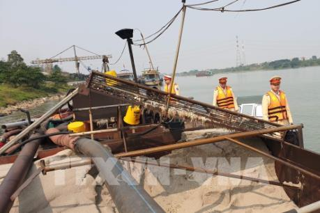 Hà Nội: Phát hiện nhiều tàu khai thác cát trái phép trong đêm