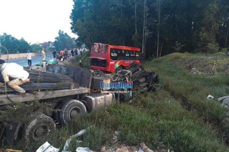 Quảng Ngãi: Xe khách húc xe tải lao xuống hố