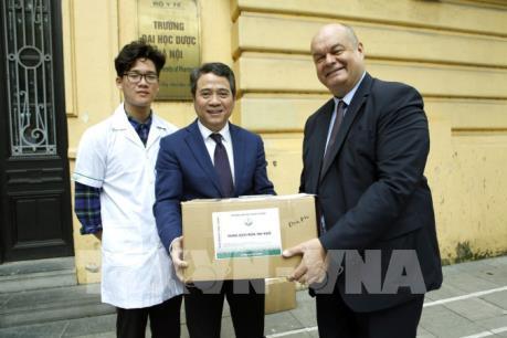 Đại học Dược Hà Nội tặng dung dịch rửa tay khô phòng virus Corona