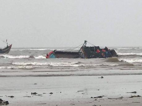 Nghệ An: Tàu cá bị chìm ở cảng Lạch Vạn khi lai dắt vào bờ