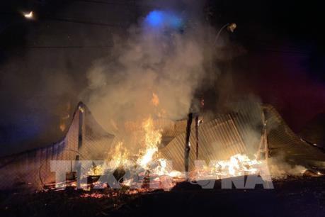 Cháy rụi xưởng gỗ lúc nửa đêm, một người tử vong