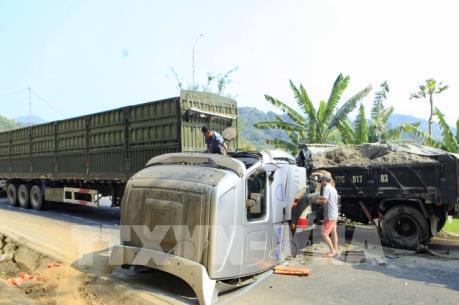 Xe container đối đầu xe tải, giao thông trên Quốc lộ 279 tê liệt