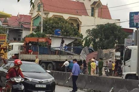Xe container tông sập 3 nhà dân gần quốc lộ 1A