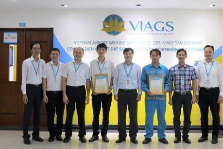 Hai nhân Vietnam Airlines trả lại gần 200 triệu đồng cho hành khách