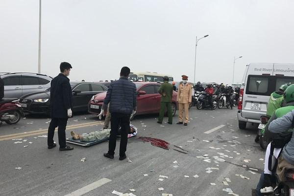 Hà Nội: Cầu Vĩnh Tuy tê liệt vì tai nạn giao thông