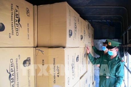 Liên tiếp bắt giữ các vụ vận chuyển trái phép khẩu trang y tế qua biên giới