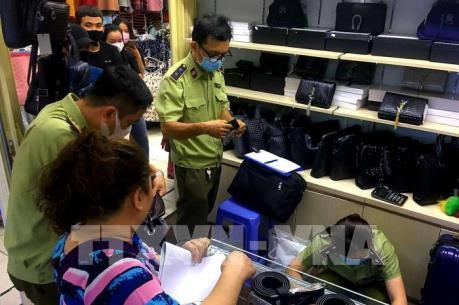 Tạm giữ 1.500 sản phẩm giả nhãn hiệu nổi tiếng ở chợ Bến Thành, Saigon Square