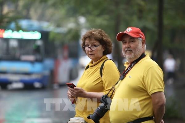 Hà Nội: Nhiều du khách nước ngoài chủ quan không đeo khẩu trang nơi công cộng
