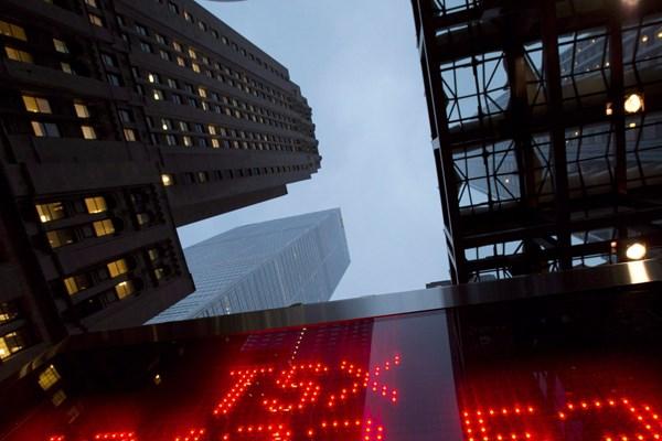 """Thị trường chứng khoán Canada chạm """"đáy"""" của 4 năm qua"""