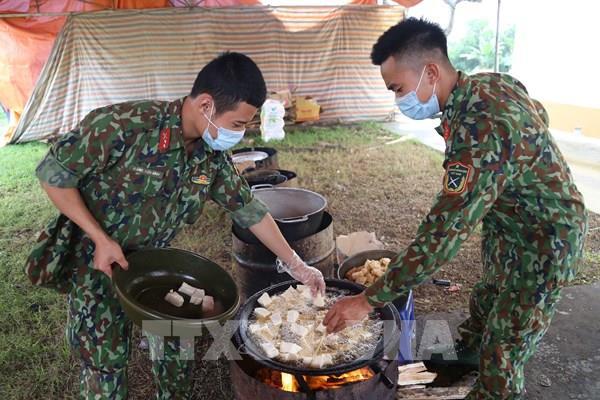 Lực lượng Quân đội quên mình chăm sóc người được cách ly: Tình dân tộc, nghĩa đồng bào