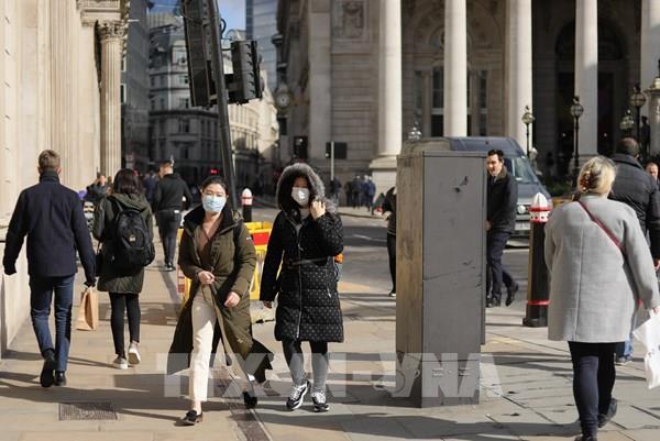 Dân Anh tình nguyện cung cấp đồ ăn miễn phí cho các y bác sĩ chống dịch bệnh