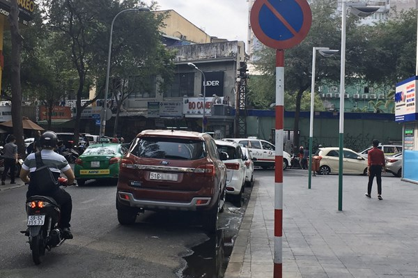 TP. HCM: Tái diễn tình trạng đỗ xe ô tô sai quy định trên nhiều tuyến đường
