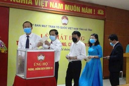 Tổng Liên đoàn Lao động Việt Nam trao tiền hỗ trợ dịch COVID-19