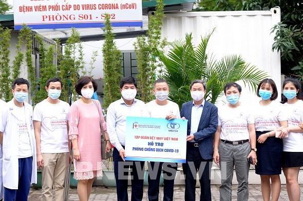 Hanosimex trao tặng 700 áo vải kháng khuẩn cho Bệnh viện Đại học Y Hà Nội