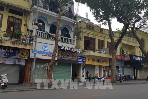 Dịch COVID-19: Nhiều cửa hàng tại Hà Nội thực hiện nghiêm việc đóng cửa