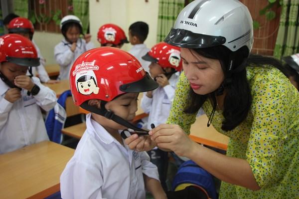Honda tiếp tục tài trợ mũ bảo hiểm cho học sinh lớp Một năm học 2020-2021