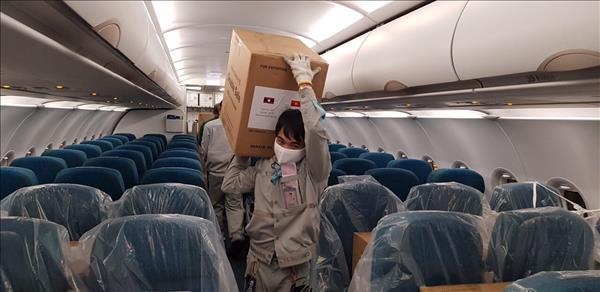 Vietnam Airlines vận chuyển trang thiết bị y tế viện trợ Lào và Campuchia
