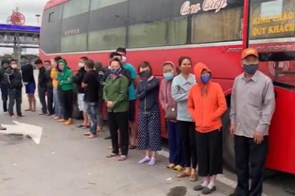 Hà Nội: Phát hiện xe ô tô chở 30 hành khách bất chấp lệnh cấm