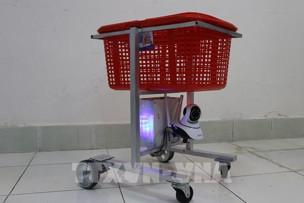 Bác sỹ Đồng Tháp sáng chế robot phục vụ người mắc COVID-19