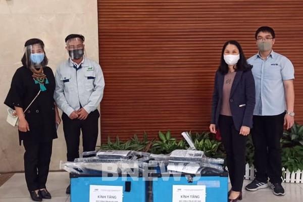 Green Plastic trao tặng TTXVN 3.000 mặt nạ chống giọt bắng