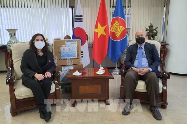 Hội doanh nhân và trí thức tặng khẩu trang cho người Việt Nam tại Hàn Quốc