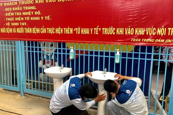 Dịch COVID-19: Đưa sứ vệ sinh kháng khuẩn Viglacera vào các điểm công cộng