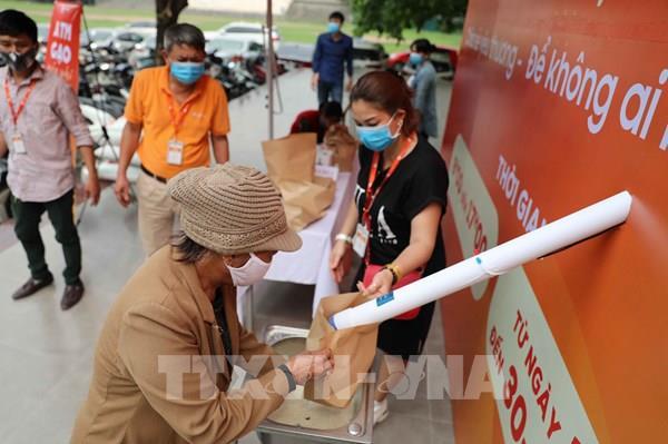 """Dịch COVID-19: Cây """"ATM gạo"""" giúp đỡ người nghèo đầu tiên ở Hà Nội"""