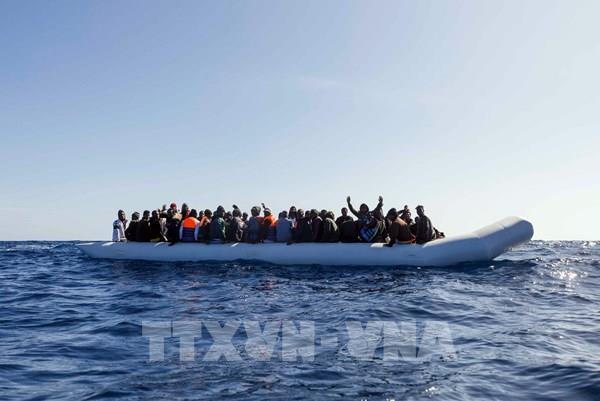Tìm kiếm chiếc xuồng chở 85 người di cư mất tích ở Địa Trung Hải