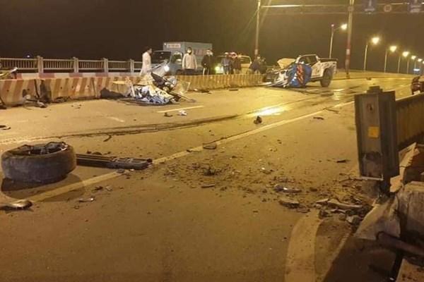 Điều tra vụ xe bán tải đâm vào dải phân cách trên cầu Vĩnh Tuy