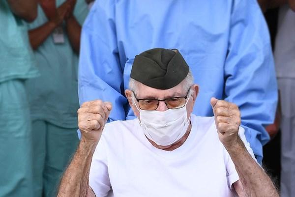 """Cụ ông Brazil 99 tuổi """"đánh bại"""" COVID-19"""