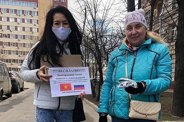 Xúc động hình ảnh cộng đồng người Việt phát tặng khẩu trang trên báo Nga