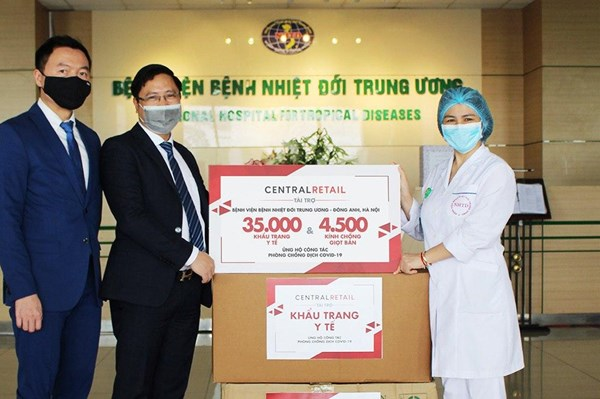 Central Retail tặng 70.000 khẩu trang và 9.000 tấm chắn giọt bắn cho tuyến đầu chống dịch