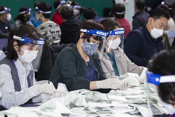 Hàn Quốc: Lo ngại nguy cơ số ca mắc COVID-19 tăng đột biến sau bầu cử