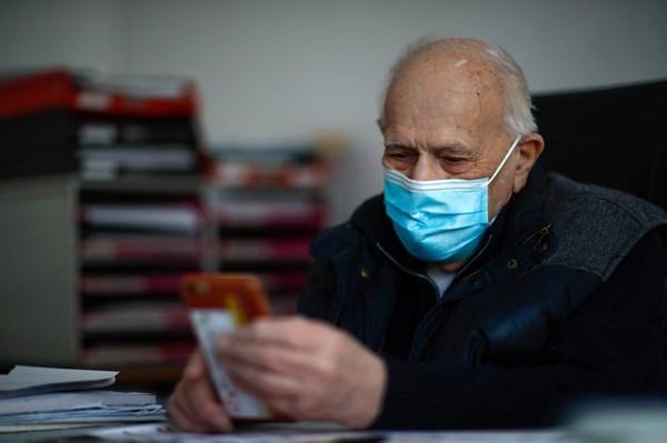 """Bác sĩ 99 tuổi không """"nghỉ hưu"""" để giúp đỡ các bệnh nhân COVID-19"""