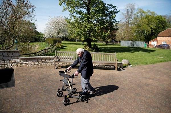 Cụ ông 99 tuổi đi bộ gây quỹ ủng hộ đội ngũ y tế Anh