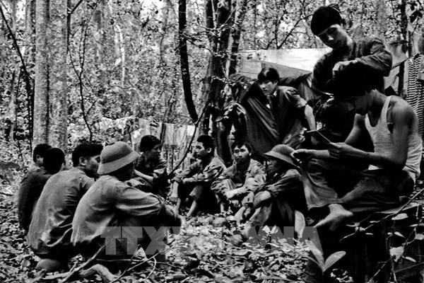 """45 năm thống nhất đất nước: Thông tấn xã Giải phóng – """"chắc tay bút, vững tay súng"""""""