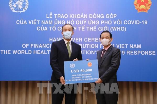 Việt Nam trao tượng trưng khoản đóng góp ủng hộ Quỹ ứng phó COVID-19 của WHO