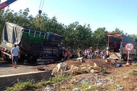 Người dân giúp thu gom hàng chục tấn hạt điều sau tai nạn lật xe tải
